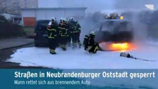 Auto brennt in Neubrandenburg aus (Video)