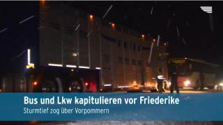Lkw rutschen im Schnee von den Straßen (Video)