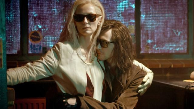 Tilda Swinton als Eve und Tom Hiddleston als Adam.