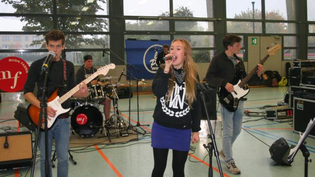 "Zwei Bands – darunter La Pack aus Greifswald – spielten in der Arnold-Zweig-Turnhalle in Pasewalk bei ""Rock on wheels""."
