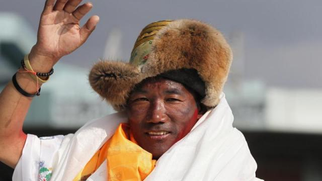 Sherpa besteigt Everest